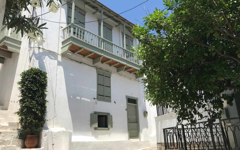 Traditional Town house with yard property