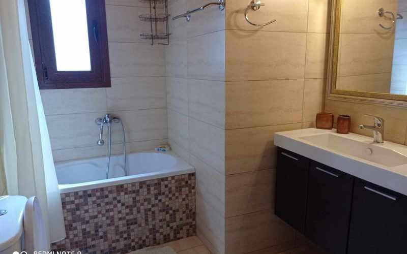 Wonderful villa with pool in Loutraki area with views Bathroom