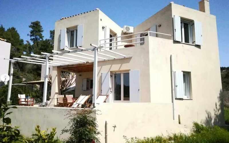 Property in walking distance to Agnontas beach