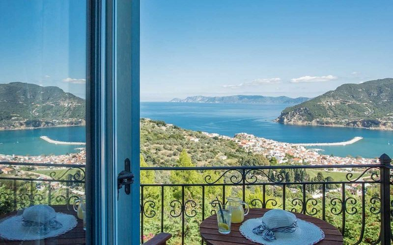 Stylish Villa with views and swimming pool close to Skopelos Town The balcony